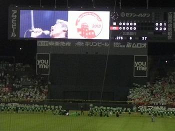 原爆の日のピースナイターで吉川晃司熱唱、丸の犠牲フライでサヨナラ勝利